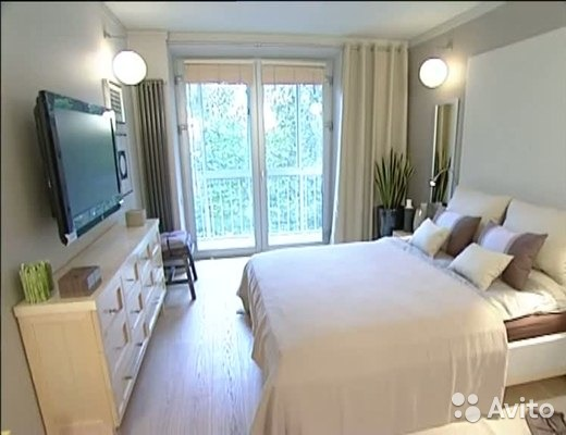 Дизайн спальни с окном и лоджией..